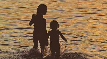 Kinderen die het water inlopen maar zich niet bewust zijn van de gevaren van secundaire verdrinking