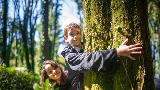 Hoe reageer je op klimaatstress bij je kind?Moeder en dochter in de tuin