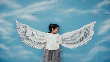 Een kind draagt engeltjes vleugels: thuis vertonen ze opstandig gedrag maar elders niet