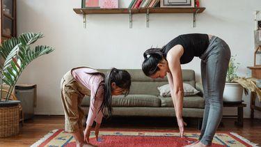 vrouw en kind doen yoga