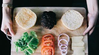 Een plankje met groente en kaas