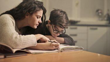 dyslexie / moeder helpt zoon met schoolwerk