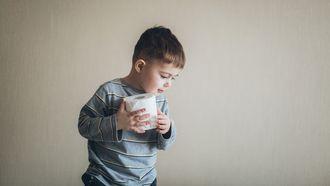 Jongetje met een wc-rol in zijn hand, die niet meer op de wc wil poepen