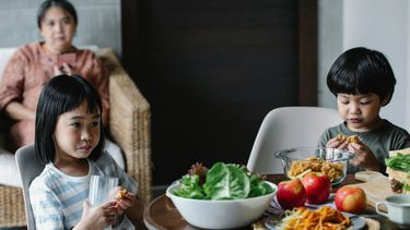 Kinderen die zitten te eten en een voedselallergie hebben