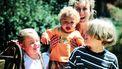opvoedingsadviezen / oude foto van moeder met drie kinderen in de natuur