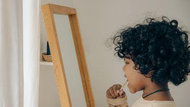 Kind dat zijn tanden poetst en het leuk vindt
