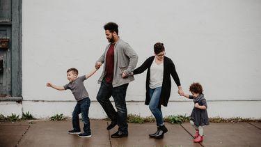 Een gezin dat naar buiten gaat op nieuwjaarsdag