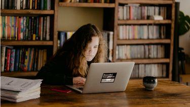thuisonderwijs / puber achter haar laptop