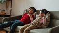 Twee kinderen op de bank die verschillende ayurvedische types zijn