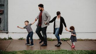 Gezin op straat met twee kinderen