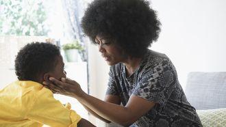 Moeder die communiceert met haar kind met autisme