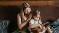 Moeder praat met dochter over Sinterklaas