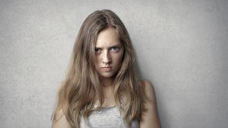 autoritair ouderschap / vrouw die boos kijkt