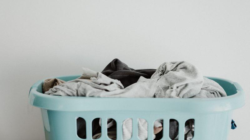 Een volle wasmand: laat je kinderen helpen met huishoudelijke klusjes