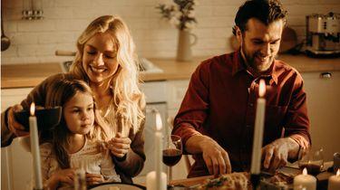 avondeten / gezin eet aan tafel