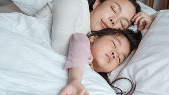 moeder en kind slaapt niet