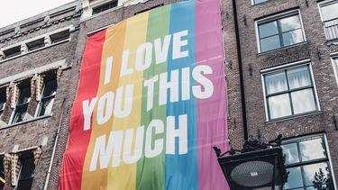 coming out / regenboog vlag met tekst in Amsterdam