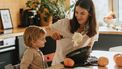 Moeder en kind die stamppot met spruitjes maken