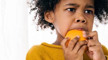 moeilijke eter / kind eet een mandarijn