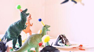 Speelgoed dino's die een Verjaardag vieren