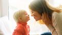 Moeder kijkt bij kindje naar mond of het krentenbaard of koortslip heeft
