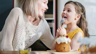 beste vrienden / moeder en dochter hebben lol in de keuken