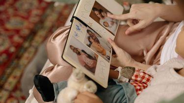 Wat kun je doen als je kind heimwee heeft? Samen kijken naar foto's