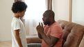 Opvoeden vanuit kracht. Vader praat met zijn zoon