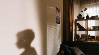 De schaduw op de muur van een kind dat thsui een strenge opvoeding heeft