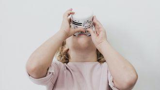 schoollunch / kind drinkt melk uit een mok