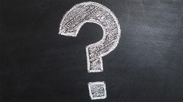 Vraagteken op een bord om de vraag waar bultjes op penis vandaan komen