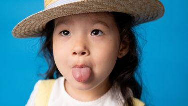 schoolfoto's / meisje steekt tong uit