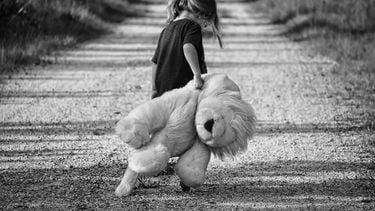 Meisje met een grote leeuwenknuffel die iets leert van teleurstelling