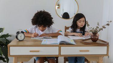 leesmotivatie / kinderen lezen aan een bureau