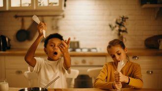 Bakken voor Sint / Jongen en meisje bakken koekjes