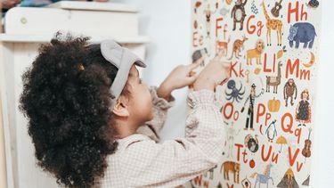 basisschool / kind wijst letters aan op poster met dieren