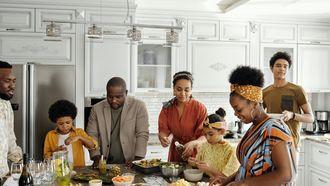 etenstijd / familie bereidt maaltijd in de keuken