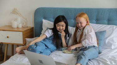 Meisjes die samen Disney kijken