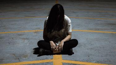 Meisje dat alleen op de grond zit en last heeft van angststoornissen