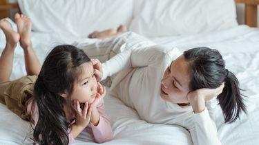 Moeder die haar dochter probeert eerlijkheid bij te brengen