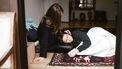Weggaan bij mishandeling is heel moeilijk moeder mishandeld/ dochter troost moeder