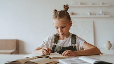 praten over slechte cijfers / meisje maakt huiswerk