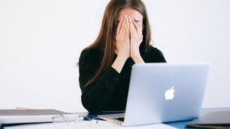 stress / meisje met handen voor het gezicht