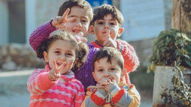 Opvoeden / Vier lachende kleine kinderen