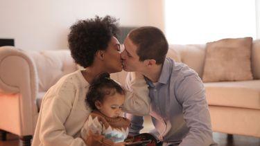 Een stelletje dat hun relatie goed probeer te houden als ouders