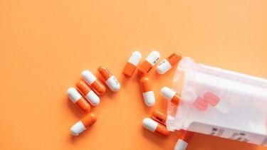Een pillendoosje met daaruit (ADHD) medicatie
