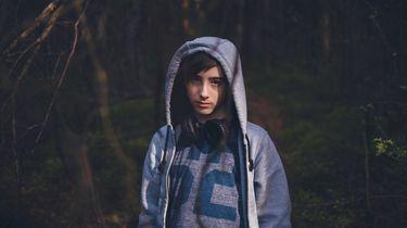 prepuberteit / jongen kijkt in de camera