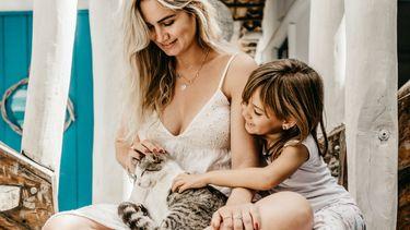 maagd / vrouw met kind en kat