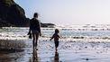 Moeder met dochter op het strand