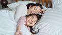 Kind in je bed laten slapen. Moeder met dochter in bed